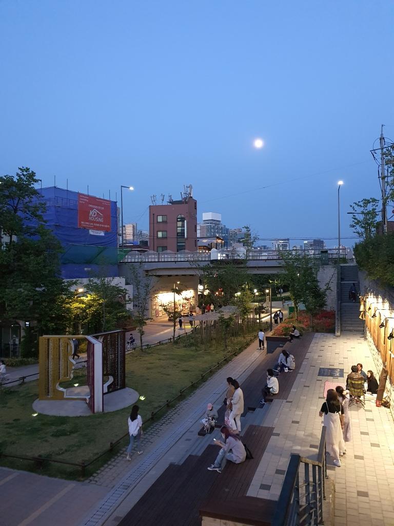 evening Seoul book street